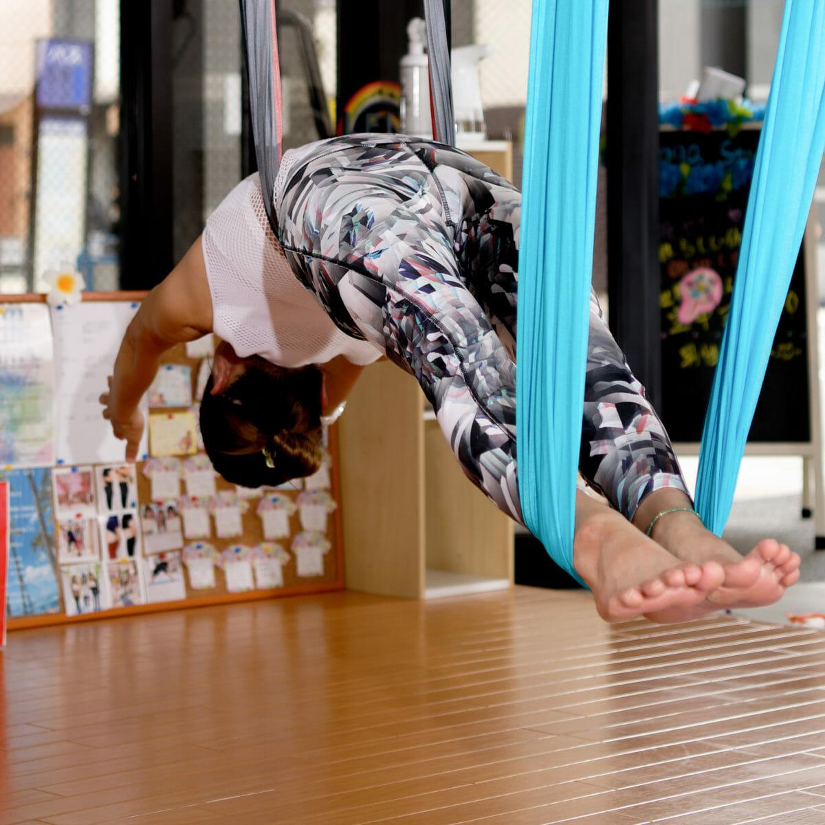 ホームページ素材 写真撮影 空中ヨガ(エアリアルヨガ) 出張写真撮影の事例 空中ヨガスタジオレイ熊本店